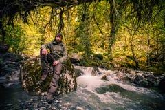 Młodego Człowieka brodaty relaksuje wycieczkować plenerowy Fotografia Stock