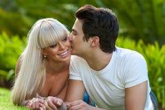 Młodego człowieka całowania dziewczyna na policzku. Obraz Royalty Free