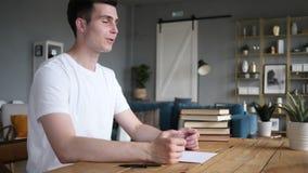 Młodego Człowieka chwiania ręka i Dyskutować praca w Przypadkowym biurze zbiory