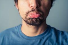 Młodego człowieka ciągnięcia twarze zdjęcia stock