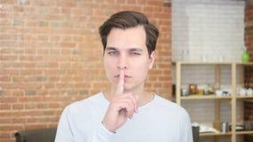 młodego człowieka cichy spokojny gest z palcem zbiory