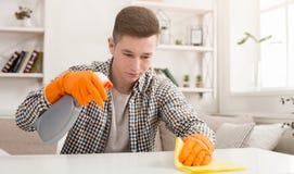 Młodego człowieka cleaning dom z detergentami obraz royalty free