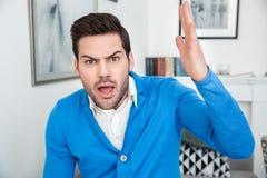 Młodego człowieka czekania psychologii cierpliwa sesja agresywna Zdjęcia Stock