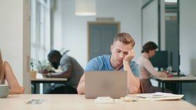 Młodego człowieka czuć śpiący przy coworking Portret biznesowego mężczyzny spadać uśpiony zbiory wideo