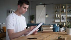 Młodego Człowieka czytania dokumenty, Iść Przez kontrakta zbiory wideo