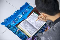 Młodego człowieka czytelniczy koran po robić Salat zdjęcie royalty free