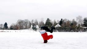 Młodego człowieka dancingowy breakdance na zamarzniętym stawie w zimie zbiory