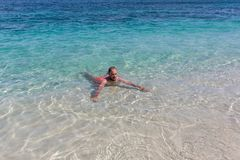 Młodego człowieka dopłynięcie w ocean wodzie w Bali zdjęcia royalty free