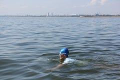 Młodego człowieka dopłynięcie w rzece Zdjęcie Stock
