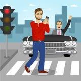 Młodego człowieka dosłania ulicznych sms skrzyżowanie podczas gdy gniewny kierowca wrzeszczy przy on w czarnym odwracalnym samoch ilustracja wektor