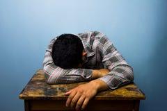 Młodego człowieka dosypianie przy biurkiem Obraz Royalty Free