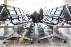 Młodego człowieka dosypianie przy lotniskiem Obrazy Stock