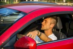 Młodego człowieka dosypianie wśrodku jego samochodu, wyczerpującego obraz royalty free