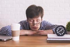 Młodego człowieka dosypianie w biurze Zdjęcie Royalty Free