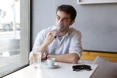 Młodego człowieka dymienia opary papieros indoors Obrazy Stock