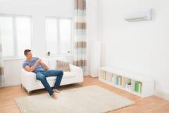 Młodego Człowieka działania powietrza Conditioner Obraz Stock
