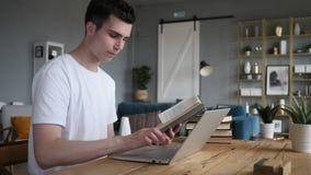 Młodego Człowieka działanie na laptopie i zbiory wideo