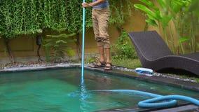 Młodego człowieka fachowy basen czysty gromadzi czyści usługi zbiory
