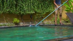 Młodego człowieka fachowy basen czysty gromadzi czyści usługi zbiory wideo