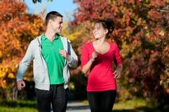 Młodego człowieka i kobiety bieg Zdjęcia Royalty Free