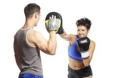 Młodego człowieka i kobiety bokserski sparring Zdjęcia Stock