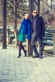 Młodego człowieka i kobiety spotykać plenerowy w zimie Obrazy Stock