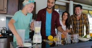 Młodego Człowieka I kobiety Use Blender Przygotowywa Zdrowego Smoothie Nalewa Je W szkieł ludziach Grupowych Opowiadający Dwa par zdjęcie wideo