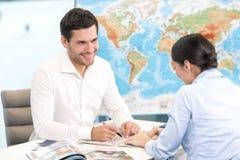 Młodego Człowieka i kobiety wycieczki turysycznej agenci pojęcie Obraz Stock