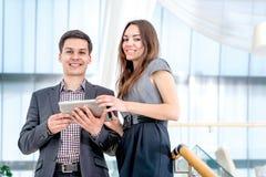 Młodego człowieka i młodej kobiety pozycja na schodkach Fotografia Royalty Free