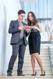 Młodego człowieka i młodej kobiety pozycja na schodkach Zdjęcia Royalty Free