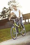Młodego człowieka jazdy bicykl Fotografia Stock