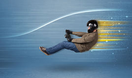 Młodego człowieka jeżdżenie w imaginacyjnym szybkim samochodzie z zamazanymi liniami Obrazy Stock