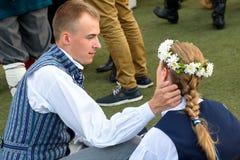 Młodego człowieka kares i uściśnięcie kobiety twarz przed występem obraz stock