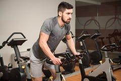 Młodego Człowieka kolarstwo Na roweru Bodybuilding trenerze fotografia stock