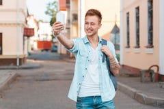 Młodego człowieka krótkopęd themselves na mrugnięciach i telefonie fotografia royalty free