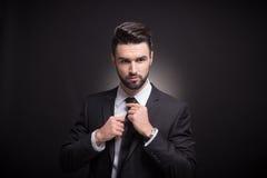 Młodego człowieka krawata krawat kępka wręcza Fotografia Stock