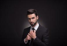 Młodego człowieka krawata krawat kępka wręcza Zdjęcie Royalty Free