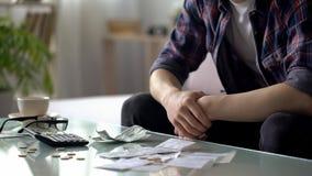 Młodego człowieka liczenia domu finanse, few dolary i centy, opuszczaliśmy następna pensja fotografia royalty free