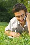 Młodego człowieka mówienie na telefonie w parku obraz royalty free