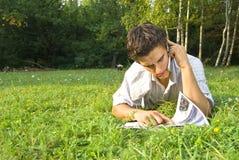 Młodego człowieka mówienie na telefonie w parku zdjęcia royalty free