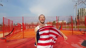 Młodego Człowieka mienia amerykanina flaga państowowa Fotografia Stock