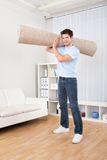 Młodego Człowieka mienia dywan obrazy stock