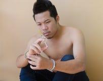 Młodego człowieka mienia strzykawka w ręce Obraz Stock