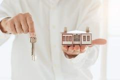 Młodego człowieka mieszkania nieruchomości czynszowa agencja Obraz Royalty Free