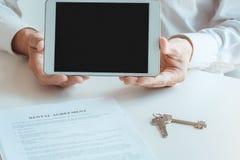 Młodego człowieka mieszkania nieruchomości czynszowa agencja Obraz Stock
