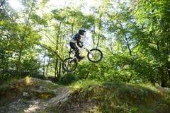 Młodego człowieka moutain ćwiczy rower w lesie fotografia royalty free