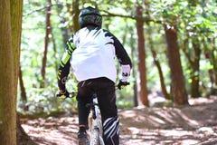 Młodego człowieka moutain ćwiczy rower w lesie obrazy royalty free