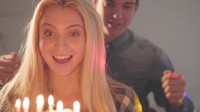 Młodego człowieka nakrycia oczy ładna blond dama, wtedy pozwalali ona widzią tort z wiele świeczkami Kobieta urodziny zdjęcie wideo