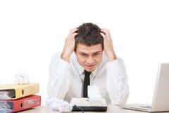 Młodego człowieka obsiadanie przy pracą i martwić się. zdjęcie stock