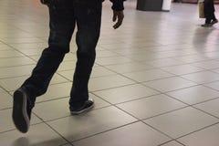 Młodego człowieka odprowadzenia post w lobby Mediolański metro zdjęcia royalty free